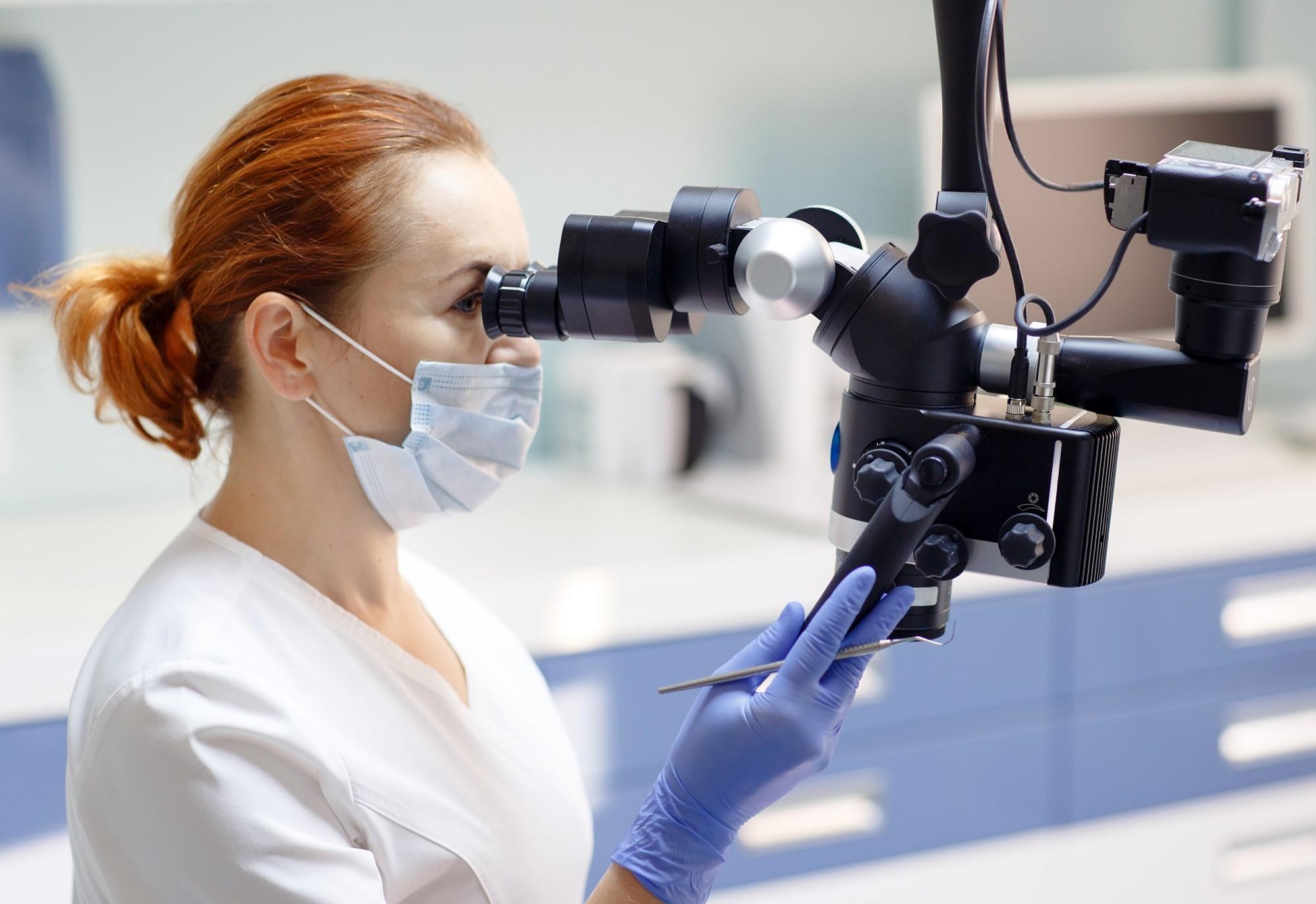 leczenie kanałowe zębów pod mikroskopem w gabinecie stomatologicznym dentysta