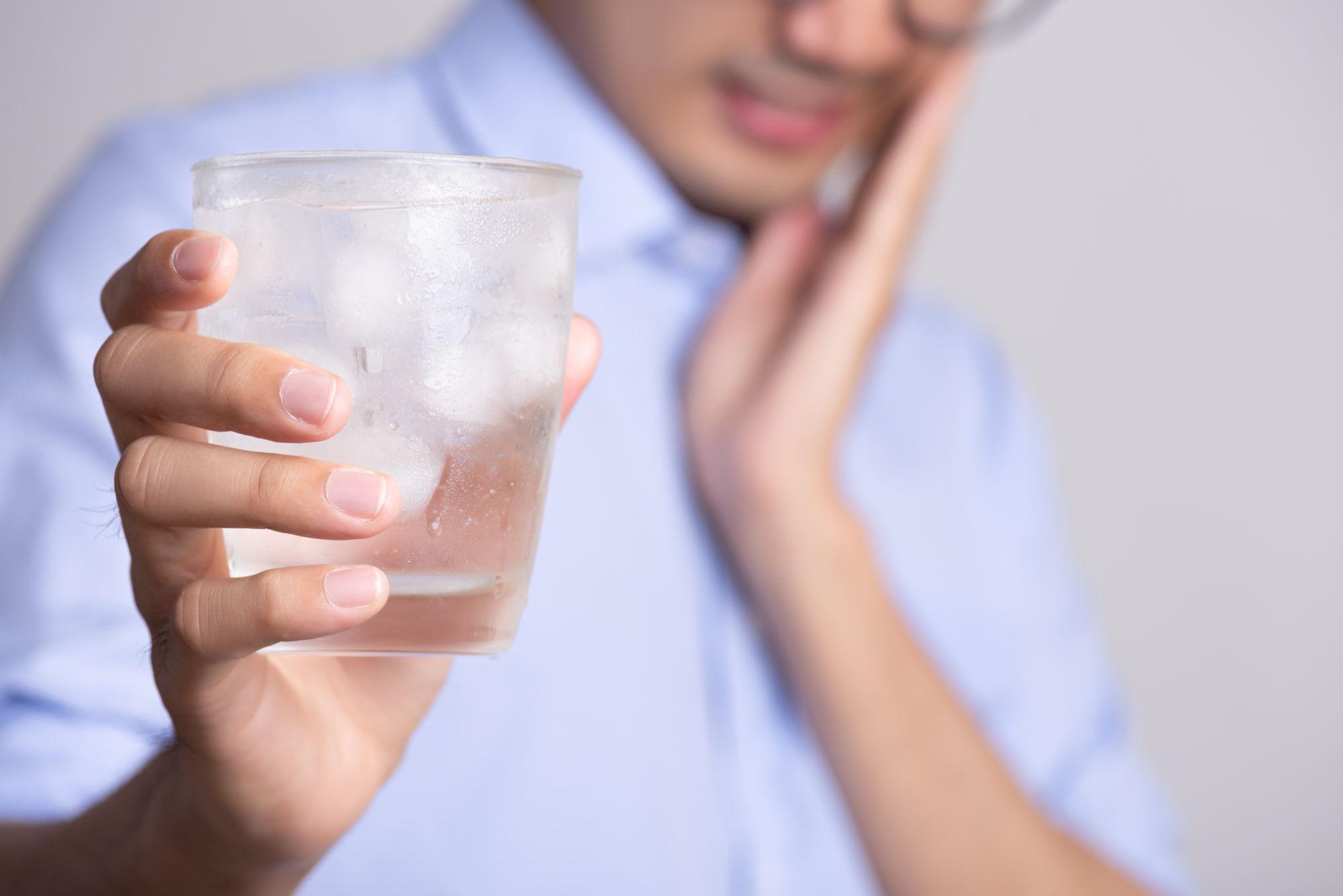 Nadwrażliwość zębów na zimno lub ciepło to problem, który można leczyć u dentysty.