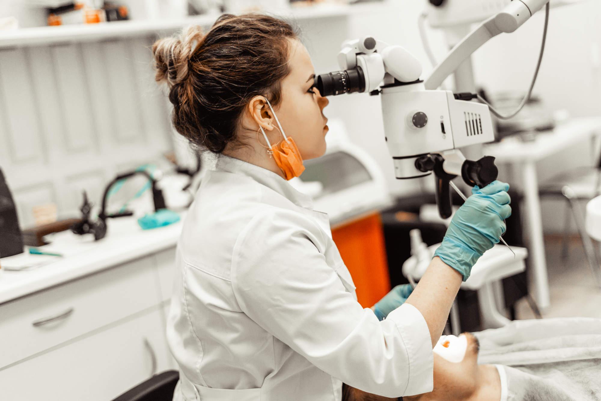 endodoncja w stomatologii czyli leczenie kanałowe pod mikroskopem