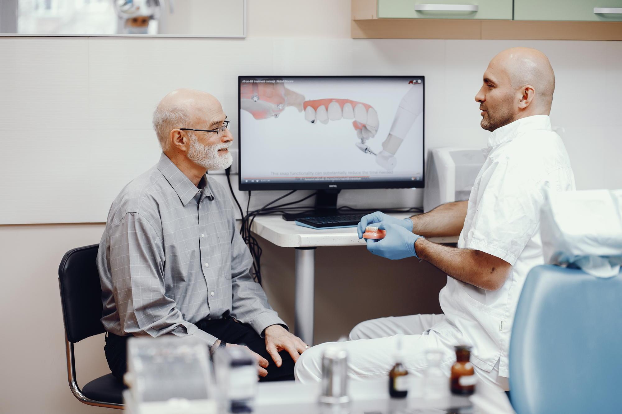 Leczenie bezzębia w gabinecie dentystycznym - proteza całkowita czy implanty zębów